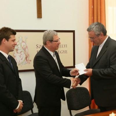 Dr. Veres András megyéspüspök is átvette a Szent Márton kártyát